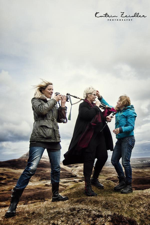 Makeup-Artikst Sandra Schneider und Fotografin Katrin Schneider beim Fotoshooting von Tanja Köhler in Schottland
